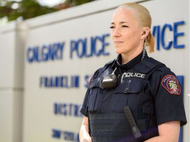 policia con auriculares policiales