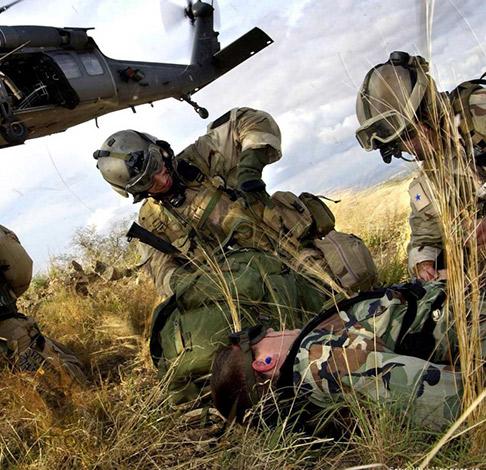 Militares realizando una maniobra de primeros auxilios