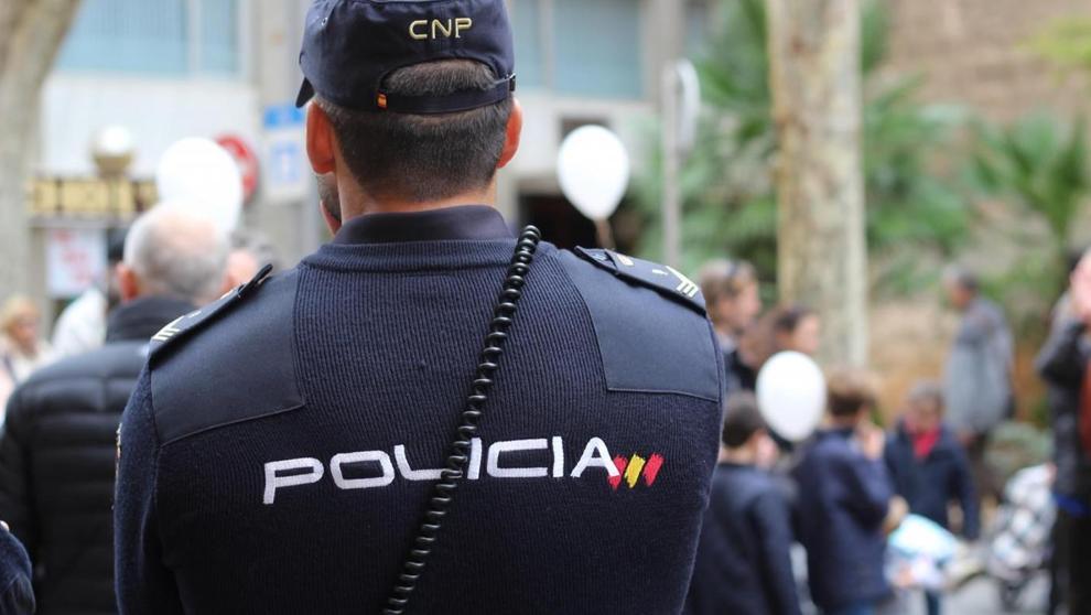 Policía nacional preparado para realizar primeros auxilios básicos